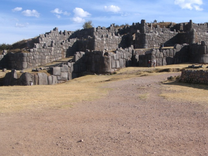 Although they are massive in size and formed of beautifully cut limestone, the walls of Saqsaywaman seem to undulate, creating a characteristic zigzag. Whether they represent the teeth of the puma or the god of thunder is unknown.